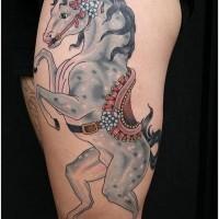 divertente colorato cavallo zingaro con fiori e bella sella tatuaggio su braccio