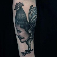 particolare divertente inchiostro nero gallo con faccia umana tatuaggio colorato su braccio