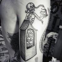 Tatuaje en el brazo, esqueleto con casa que llena de cráneos