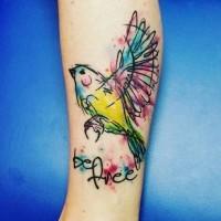 divertente fatto in casa acquerello  colorato uccello con lettere tatuaggio su caviglia