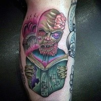 Lustig aussehendes im Cartoon Stil Bein Tattoo mit Gesicht des lesenden Zombies