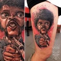 Lustig aussehendes Oberschenkel Tattoo von Filmheld mit Pistole