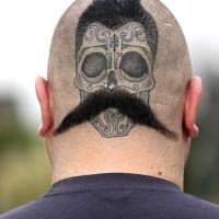 divertente dipinto e disegno messicano cranio con baffi tatuaggio su testa