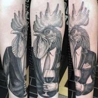 divertente dipinto gentiluomo con testa di gallo tatuaggio avambraccio