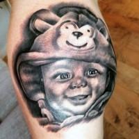 divertente foto realistico bimbo sorridente tatuaggio su gamba
