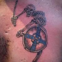 divertente scheletro con spada e scudo tatuaggio dettagliato colorato su petto