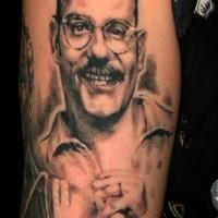divertente bianco e nero ritratto realistico di un uomo sorridente tatuaggio su spalla