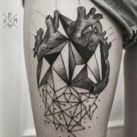 astratto geometrico cuore nero tatuaggio sulla coscia