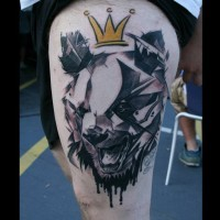 Tatuaggio stilizzato sulla gamba la testa dell'orso con la corona