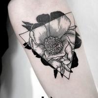 stile geometrico inchiostro nero fiore nel triangolo tatuaggio su braccio