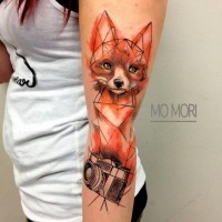 stile geometrico colorato grande volpe con camera fotografica tatuaggio su braccio