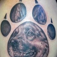 Deutscher Schäferhund Tattoo im Pfotenabdruck des Hundes
