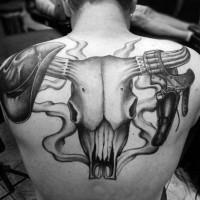 cranio gigante di toro con attrezzi di cowboy capello e pistola tatuaggio su schiena