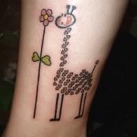 Giraffe mit Blumen Tattoo am Knöchel