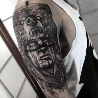Glorreich gemalter schwarzer  dämonischer Indianer Tattoo auf der Schulter mit Perle Helm