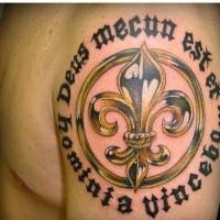 dorato fleur de lis e scrittura nera tatuaggio sulla spalla