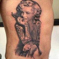 Tatuaje en el costado,  Marilyn Monroe seductora fumando