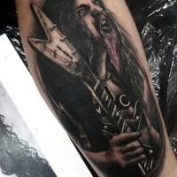 Tatuaje en la pierna, hombre loco estrella de rock con guitarra eléctrica