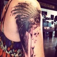 Herrliches detailliertes farbiges Schulter Tattoo der schönen Inderin