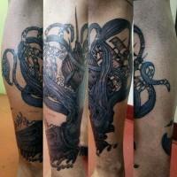 mozzafiato dipinto blu colorato calamaro agrappato a barca tatuaggio su gamba