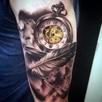 meraviglioso dipinto colorato antico orologio meccanico con piuma di notte tatuaggio su braccio
