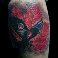 meraviglioso dipinto molto realistico corvo con foglia di acero tatuaggio su gamba