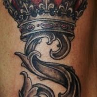 stile gotica lettera S corona tatuaggio