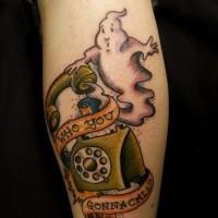 divertente fantasma risponde al telefono tatuaggio colorato su stinco