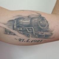 Graue Tinte bewegt alte dampfende Zug Memorial Tattoo auf Bizeps mit Datum