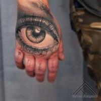 Grau ausgewaschener Stil gefärbtes menschliches Auge Tattoo auf der Hand