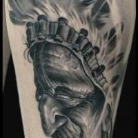 Grau ausgewaschener Stil realistisch aussehendes Unterarm Tattoo mit Portrait des Indianers