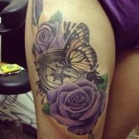 Tatuaje en el muslo,  rosas de color púrpura con compás y mariposa, diseño 3D