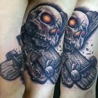 Tatuaje en el brazo, cráneo con ojos brillantes y patineta