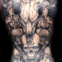 grande cranio animale con pistole e teschi tatuaggio su tutta schiena