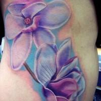 Wunderbare blaue Orchideen Tattoo an Rippen