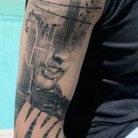 grande combinato donna quadro con grande citta Americana tatuaggio su braccio