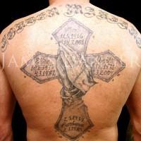 croce grande con i dati memoriali e mani pregano con rosario tatuaggio