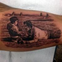 Tatuaje  de  padre e hijo en el campo en el brazo