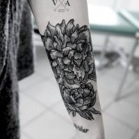 grande disegno nero e bianco floreale tatuaggio con lettere su braccio