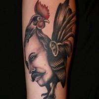 Tatuaje en el antebrazo, estilo surrealista, cara de hombre en gallo