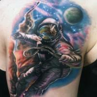 Tatuaje de astronauta hermoso en el brazo