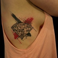 Tatuaje en la pierna, diamante con rayas negra y roja