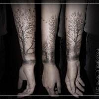 Tatuaje en el antebrazo, árbol alto maravilloso sin hojas
