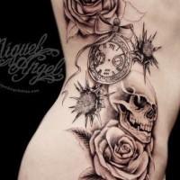grande rose con cranio e orologio tatuaggio sulle costolette