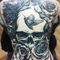 grande cranio con farfalla e rose tatuaggio su tutta schiena