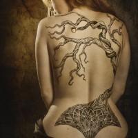 Tatuaggio su tutta la schiena l'albero secco