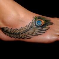 bella piuma verde tatuaggio su piede di ragazza