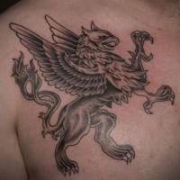 Greif Tattoo an der Brust des Mannes