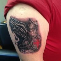 eccezionale grifone con scudo e croce rossa tatuaggio su braccio