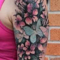 Tatuaje en el brazo, flores magníficas con mariposas bonitas